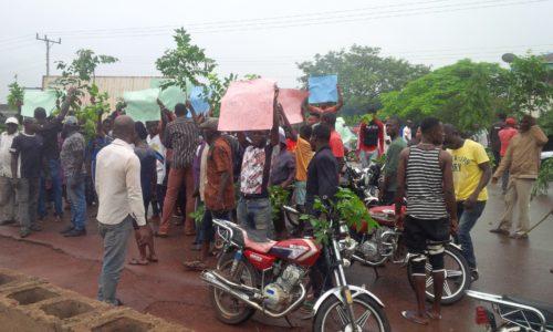 Community-blocks-Enugu-Port-Harcourt-Express-Way-over-alleged-herdsmen-invasion.jpg